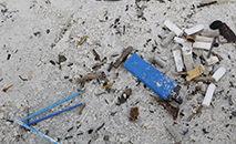 Lixo vindo do mar coletado na areia da praia de Botafogo, RJ (Fernando Frazão/Agência Brasil)