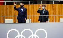 Uma atleta posa em frente aos anéis olímpicos no Parque Aquático de Tóquio (Attila Kisbenedek/AFP)