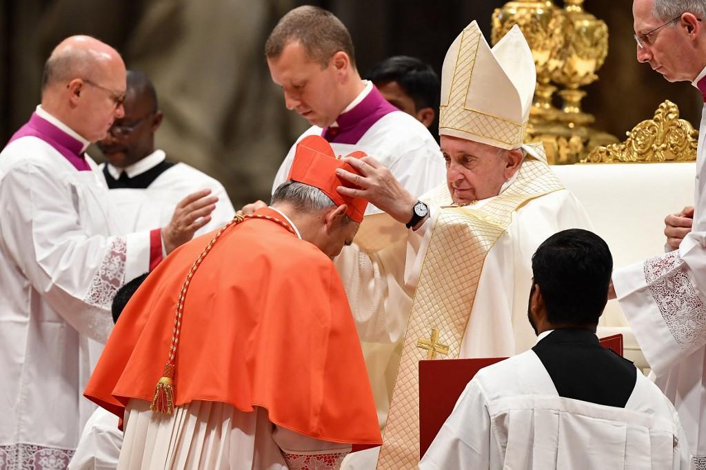 Matteo Zuppi recebe o título de cardeal no consistório de 2019, no Vaticano