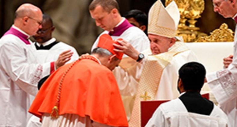Matteo Zuppi recebe o título de cardeal no consistório de 2019, no Vaticano (Tiziana Fabi/AFP)