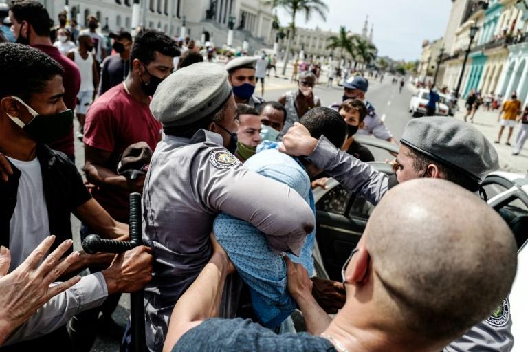 Um homem é detido durante uma manifestação contra o governo do presidente cubano Miguel Díaz-Canel em Havana, em 11 de julho de 2021