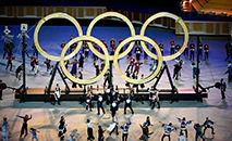 Artistas montam os anéis olímpicos durante a cerimônia de abertura dos Jogos Olímpicos de Tóquio 2020, no Estádio Olímpico de Tóquio, em 23 de julho de 2021 (Dylan MARTINEZ/Pool/AFP)