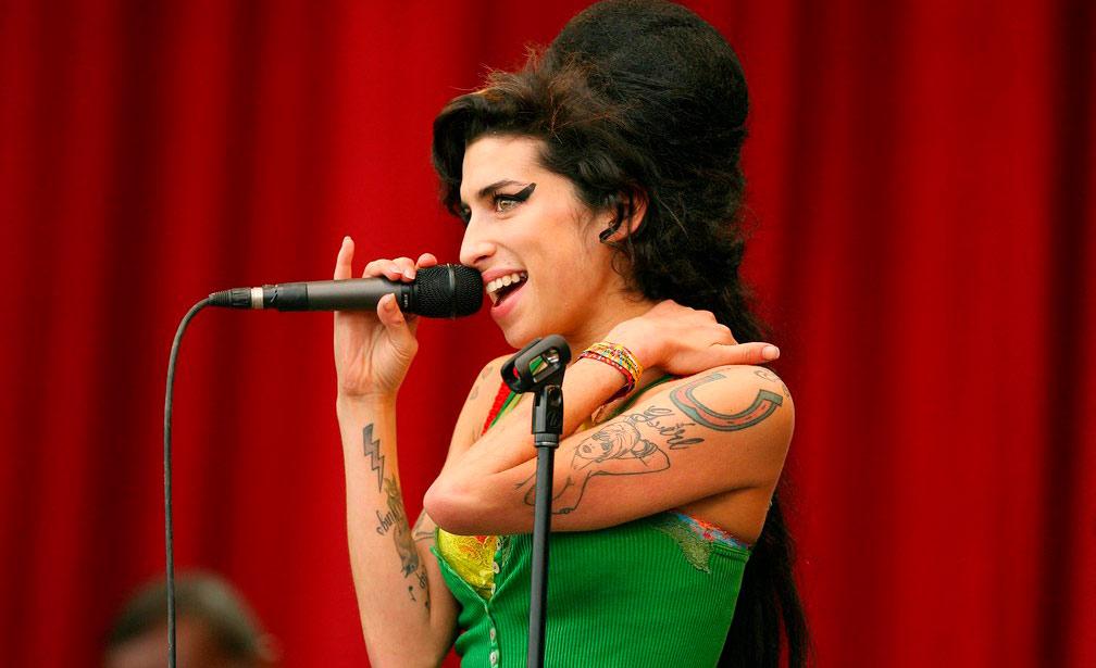 A cantora no Festival de Glanstonbury: Camden Town mantém memória de sua 'cria'