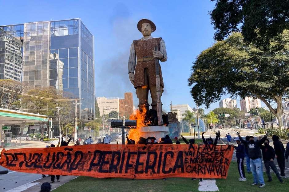 Estátua de Borba Gato, na zona sul de São Paulo, é incendiada por manifestantes