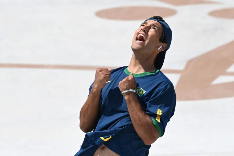 O skatista brasileiro Kelvin Hoefler celebra a conquista da medalha de prata na modalidade street nos Jogos de Tóquio