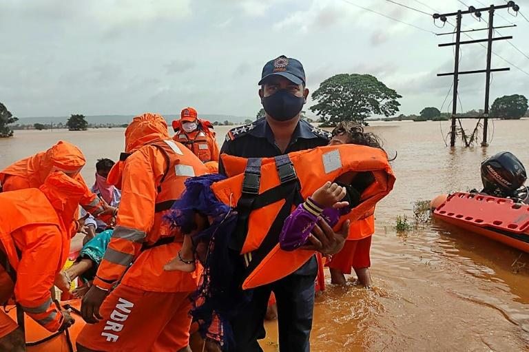 Equipes de emergência ajudam moradores bloqueados pelas inundações em Balinge, no sudoeste da Índia