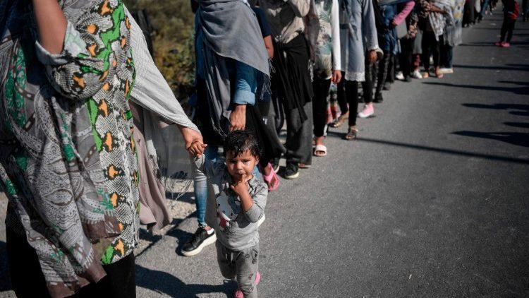 Fila de migrantes em busca de comida em Lesbos (2020)