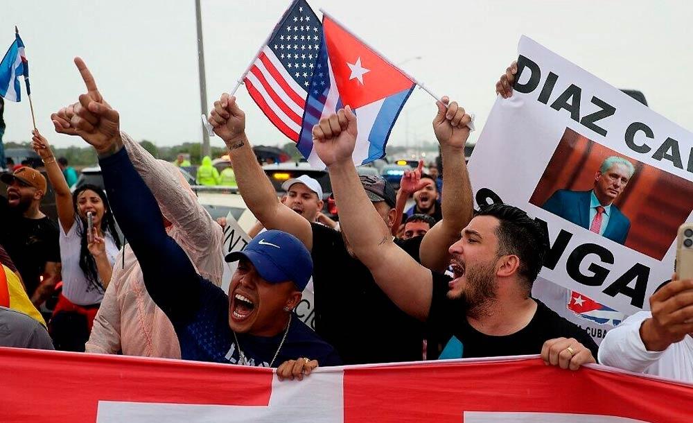 Manifestantes em Miami protestam contra governo cubano, após manifestações na ilha