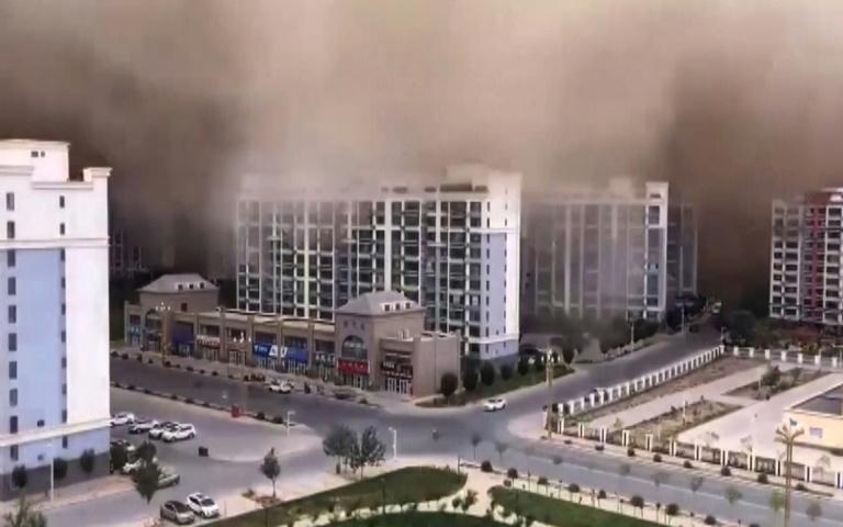 Imagem de vídeo exibido pela televisão estatal chinesa CCTV mostra tempestade de areia que cobre os edifícios de Dunhuang, no noroeste da China, em 25 de julho de 2021