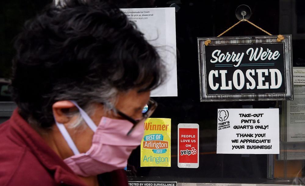 Placa de loja fechada em Arlington, Virginia (EUA), durante isolamento contra o coronavírus