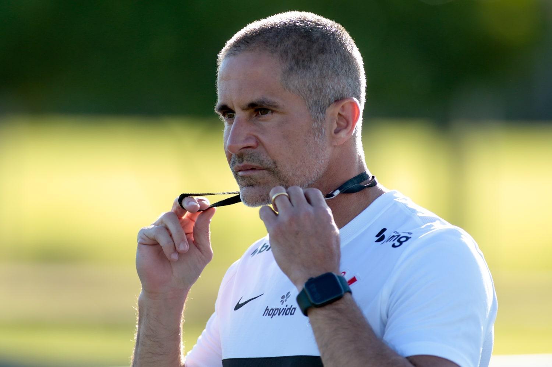 Treinador faz trabalho de recuperação no Corinthians
