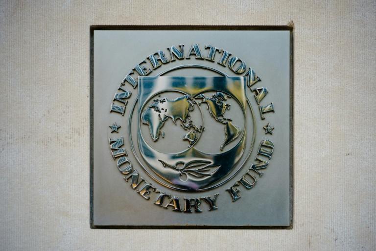 Logotipo do Fundo Monetário Internacional na porta da entidade em Washington, 7 de abril de 2021