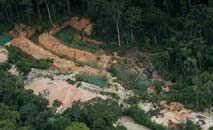 Garimpo ilegal de ouro na Colômbia, onde vastas reservas foram desmatadas (AFP)