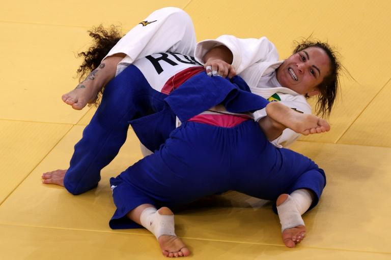 A brasileira Maria Portela (branco) foi derrotada pela russa Madina Taimazova na categoria até 70kg do judô feminino pelas oitavas de final dos Jogos Olímpicos no Nippon Budokan em Tóquio em 28 de julho de 2021