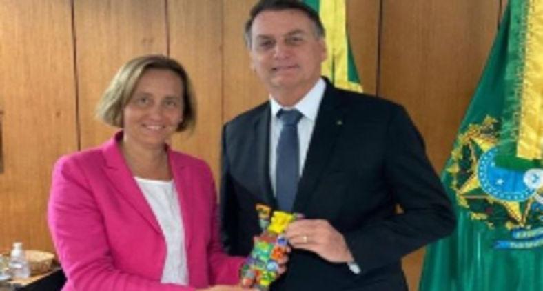 O presidente Jair Bolsonaro abraça a deputada alemã Beatrix von Storch e o marido dela, Sven von Storch (Reprodução/Instagram)