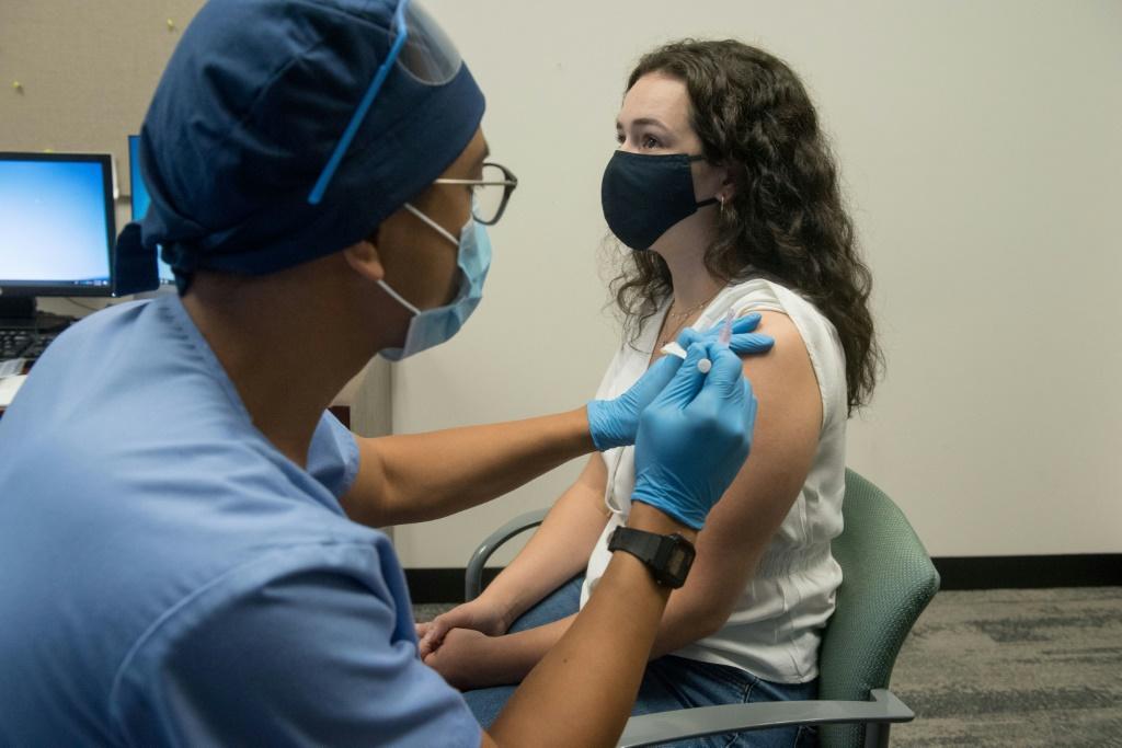 Expetativa é atingir a população acima de 18 anos vacinada até o começo de setembro