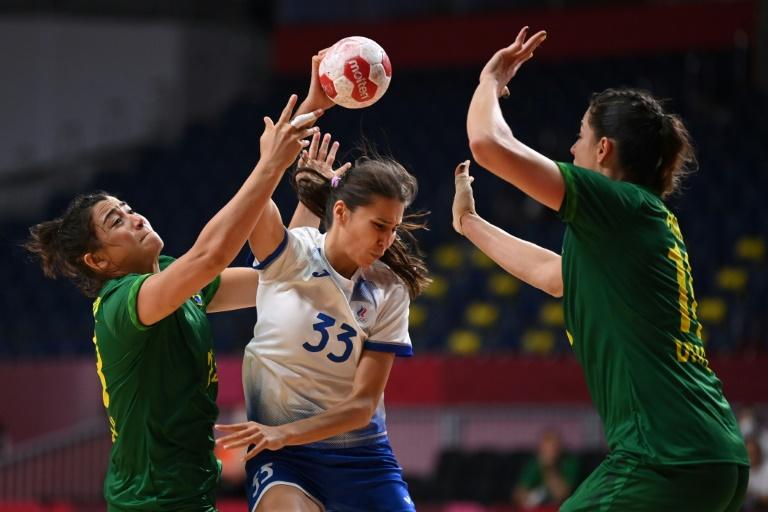 Lance da partida entre Brasil e ROC pela primeira rodada do Grupo B do torneio feminino de handebol dos Jogos de Tóquio