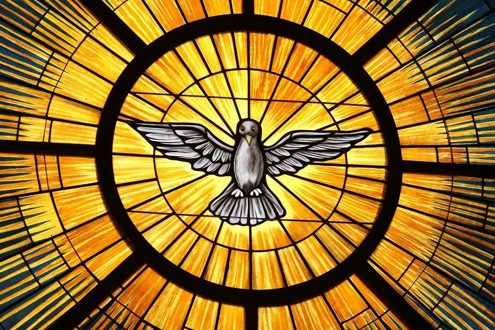 O Espírito Santo, tradicionalmente representado como uma pomba, é retratado em um vitral na Igreja de St. João Maraia Vianney, em Lithia Springs, EUA