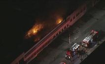 Vários bombeiros estão mobilizados na tentativa de controlar o incêndio (Reprodução GloboNews)