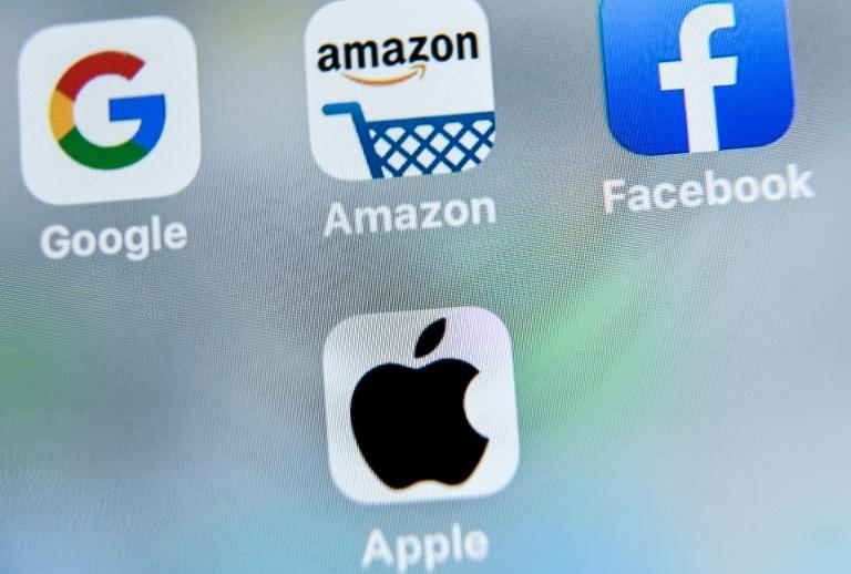 Tela de celular com os apps  Google, Facebook, Apple e Amazon: crescimento e lucros estratosféricos