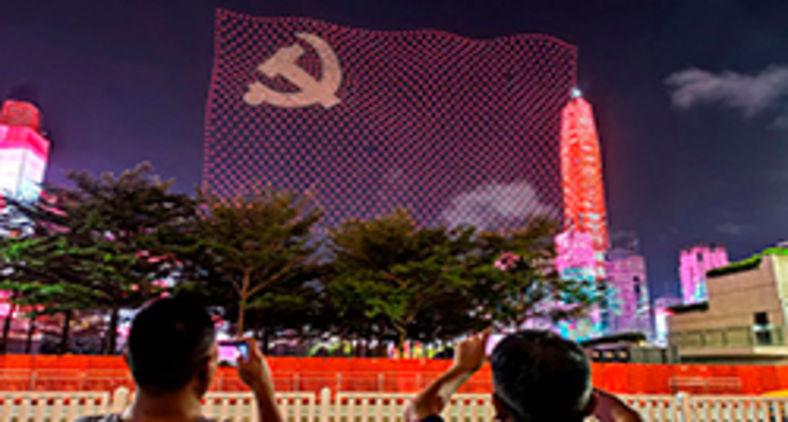 Foto tirada em 1º de julho de 2021 mostra uma bandeira do Partido Comunista da China formada por drones durante um show marcando o 100º aniversário do partido em Shenzhen, na província de Guangdong, no sul da China. (STR/AFP)