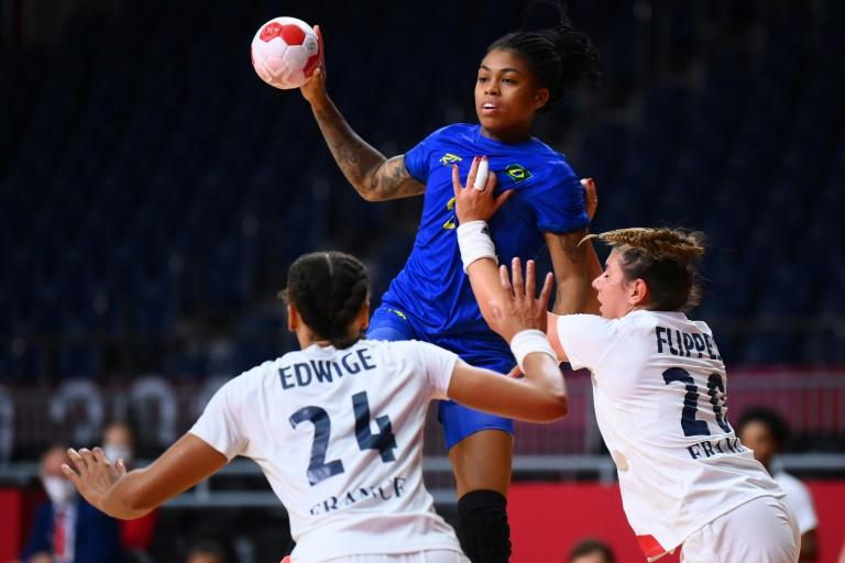 Lance da partida entre Brasil e França pelo torneio feminino de handebol nos Jogos de Tóquio