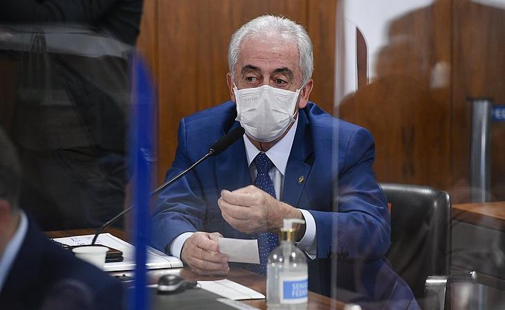 'Ele (Bolsonaro) não é médico, não tem formação na área de saúde e não tinha como estar receitando hirdoxicolorquina ou qualquer outro medicamento', afirmou Otto Alencar