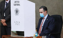O presidente do TSE Luís Roberto Barroso testa urna eletrônica: sem registro de fraudes (Antonio Augusto/Ascom/TSE)