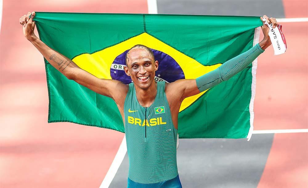 Alison dos Santos faz história com medalha de bronze nos 400m com barreiras