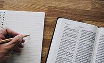 Será apresentado um novo texto bíblico à apreciação popular todos os meses (Unsplash/@kittikawinbin)