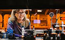 A vencedora do Prêmio Nobel de Física, professora Donna Strickland, em seu laboratório na Universidade de Waterloo (Universidade de Waterloo)