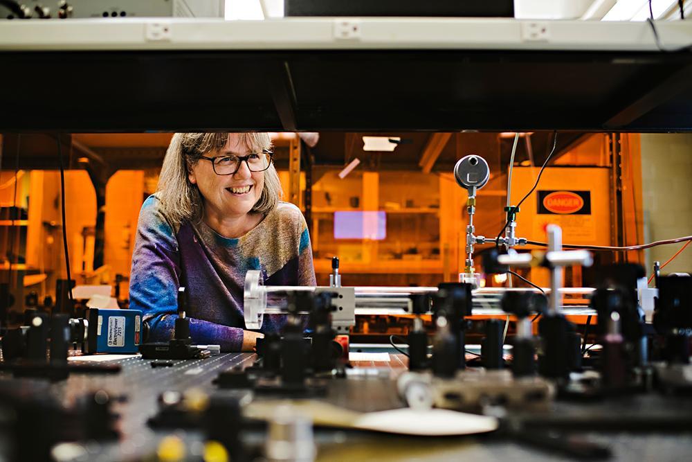 A vencedora do Prêmio Nobel de Física, professora Donna Strickland, em seu laboratório na Universidade de Waterloo