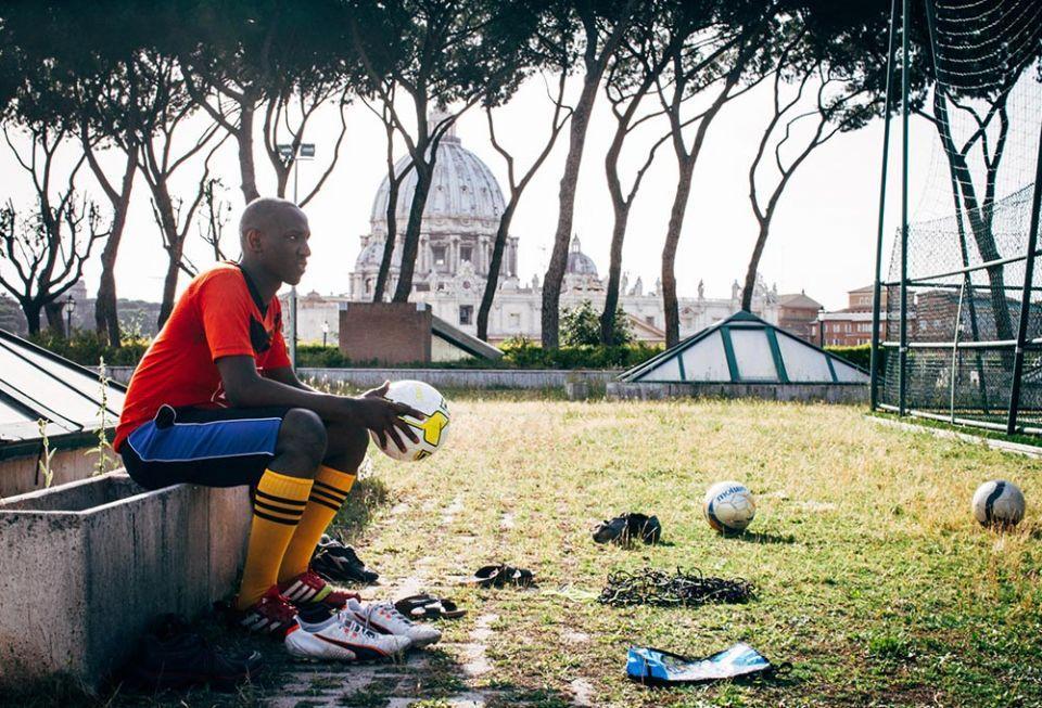 Um jogador da Clericus Cup do Collegio Urbaniano em Roma