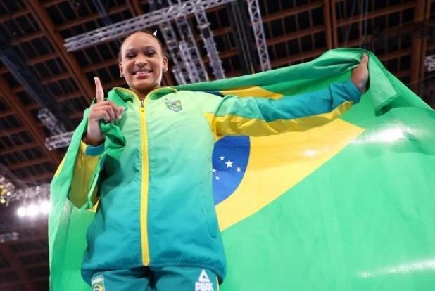 A ginasta vai permanece com seu treinador na capital japonesa até o fim do evento