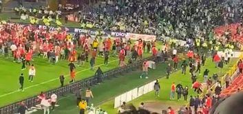 Torcida do Santa Fé invadiu o gramado e foi para cima de torcedores rivais (Reprodução Caracol TV)