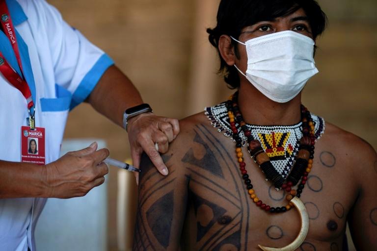 Homem do povo indígena Guarani recebe vacina CoronaVac em Maricá, no Rio de Janeiro