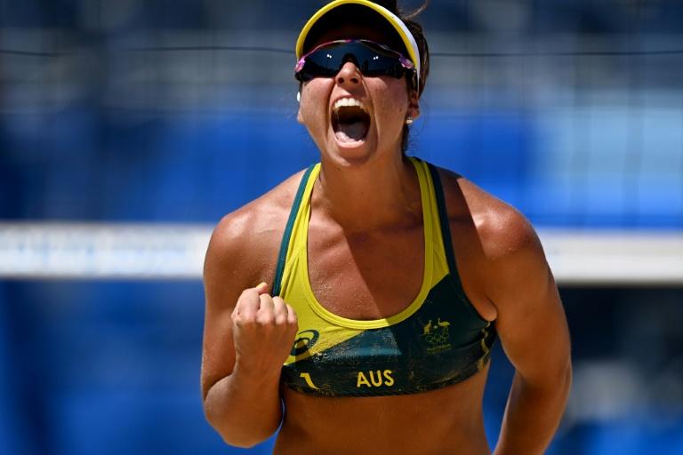 A australiana Mariafe Artacho del Solar, que joga ao lado de Taliqua Clancy, celebra a vitória nas semifinais dos Jogos de Tóquio