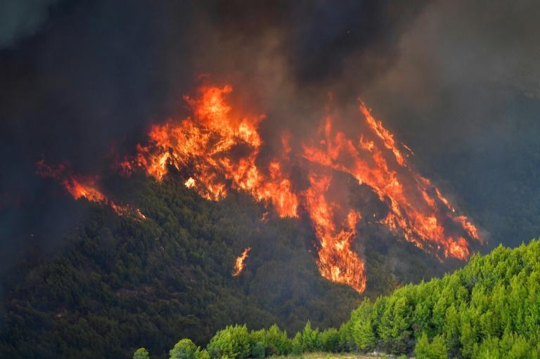 Incêndio em monte perto do povoado da antiga Olímpia, na Grécia, em 4 de agosto de 2021