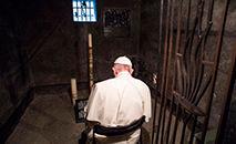 Papa Francisco na cela de Maximiliano Kolbe em Aushwitz, em 29 de julho de 2016 (Vatican Media)