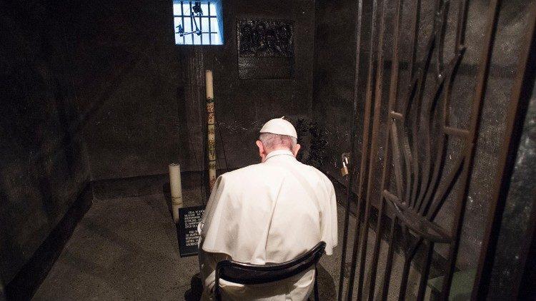 Papa Francisco na cela de Maximiliano Kolbe em Aushwitz, em 29 de julho de 2016