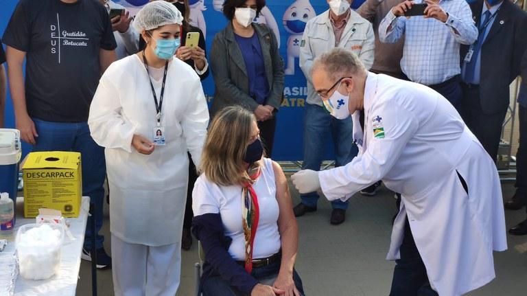 O ministro da Saúde, Marcelo Queiroga, participou do início da aplicação da segunda dose da vacina AstraZeneca