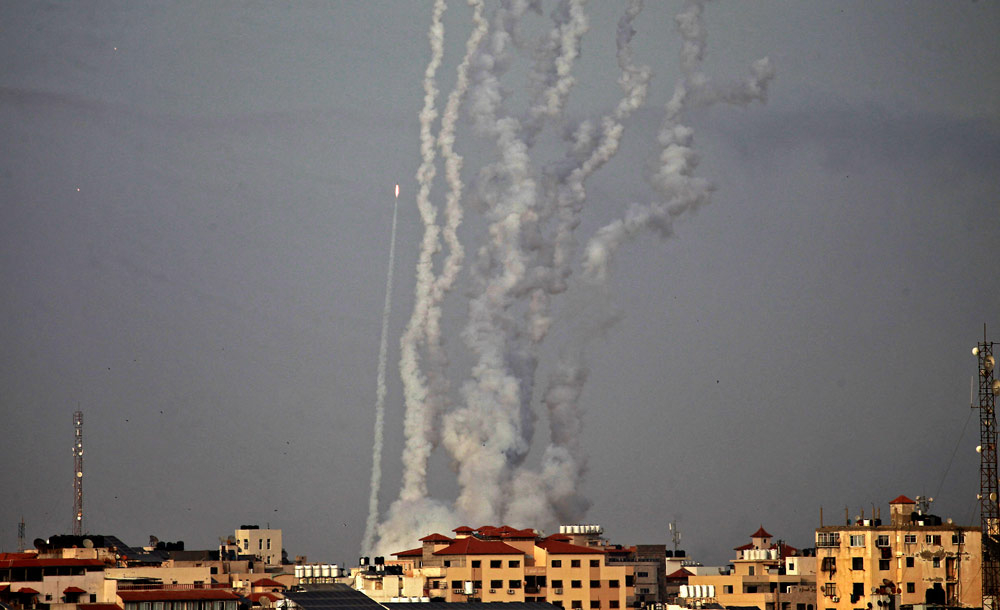 Foguetes disparados pelo Hamas contra Israel cruzam o céu de Gaza, durante conflito em maio deste ano