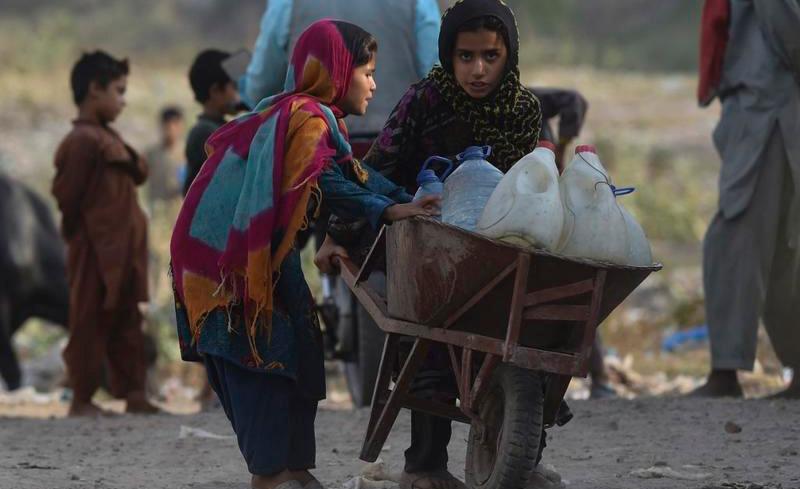 Garotas afegãs carregam garrafas para coletar água: crise previsível