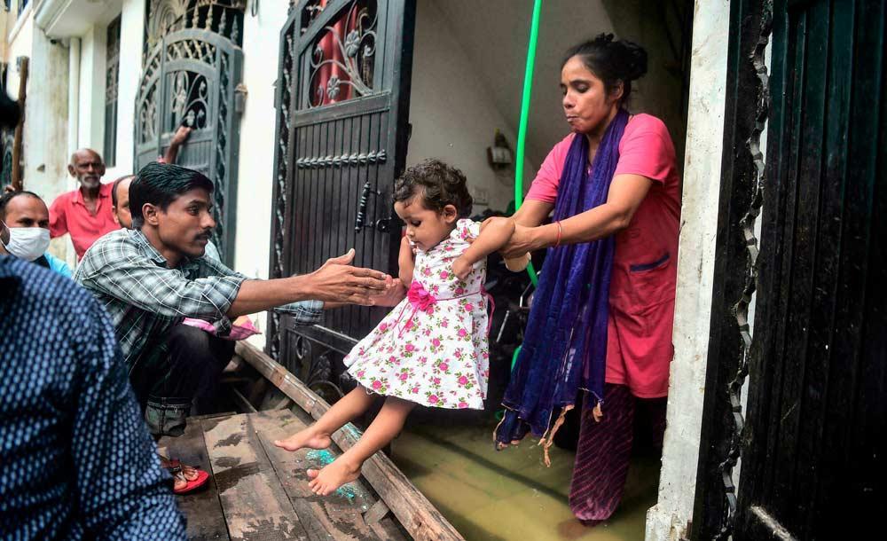 Com a alta do Rio Ganges, milhares tiveram que deixar suas casas na Índia
