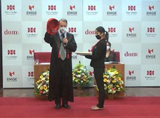Mestre de cerimônia da solenidade, professor Luiz Chaves. (Necom Dom Helder e EMGE)