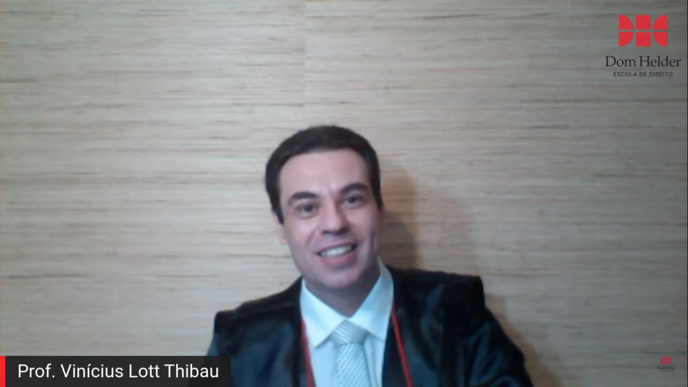 O paraninfo da turma, o professor Vinicius Lott Thibau.