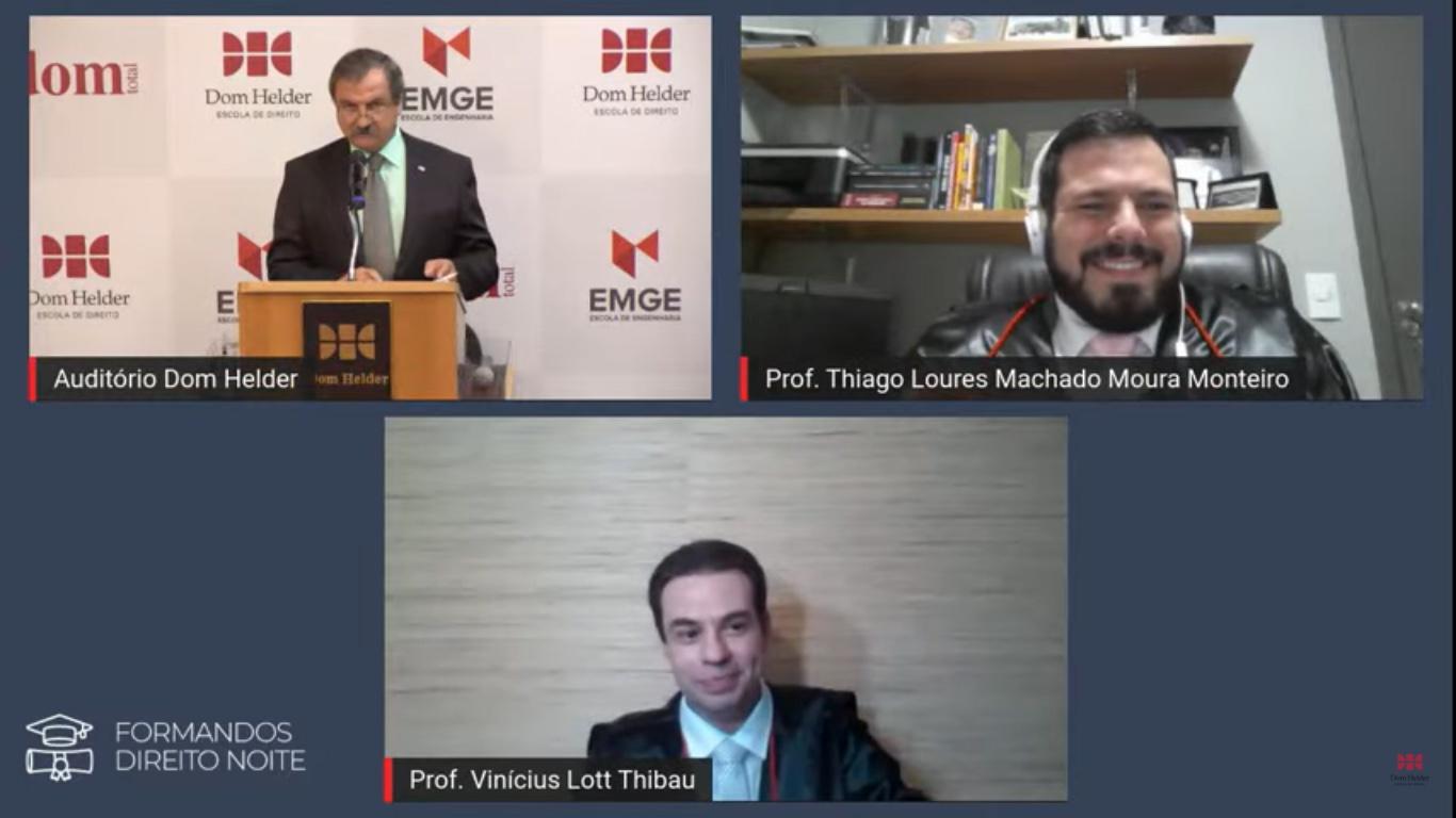 Os professores Vinicius Lott Thibau e Thiago Loures Machado Moura Monteiro fizeram a entrega simbólica dos diplomas.