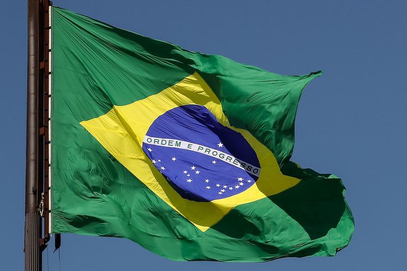 57,6% dos brasileiros avaliam que o presidente Bolsonaro anseia pela implementação de uma ditadura militar no Brasil