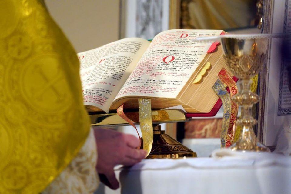 Missal sobre o altar durante uma missa tridentina na Igreja de São Josaphat, no bairro de Queens, na cidade de Nova York, em 18 de julho