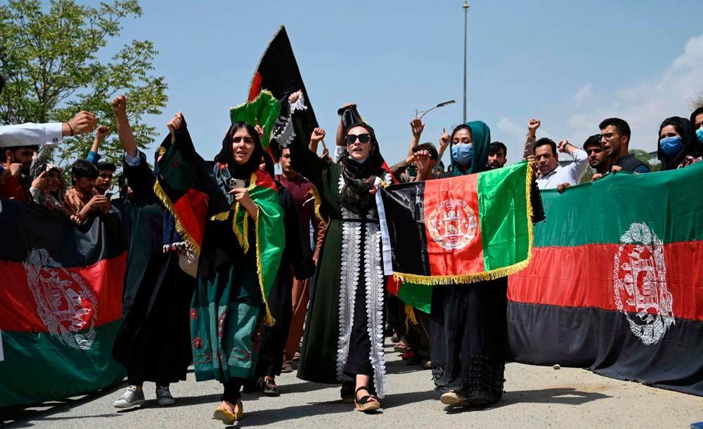 Afegãos exibem a bandeira do país emc laro gesto de desafio ao domínio do Talibã